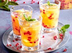 Weihnachtlicher Cocktail mit Granatapfel und Orangensaft Rezept | LECKER