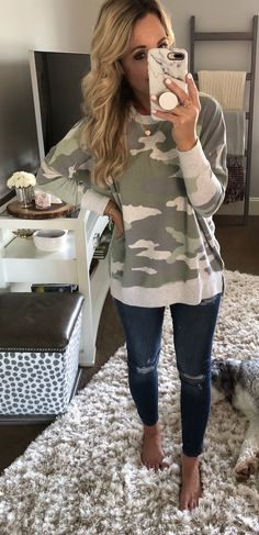 10 Adorable Fall Outfits To Inspire Yourself - Fall Shirts - Ideas of Fall Shirts Fall Shirts for sales. - white and brown crew-neck sweatshirt. Oufits Casual, Casual Outfits, Cute Outfits, Fashion Outfits, Womens Fashion, Fashion Clothes, Fashion Capsule, Fashion Games, Simple Outfits