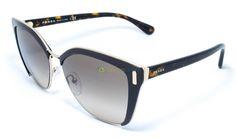 Combinando metal e não metal, o Prada SPR 56T é um óculos cheio de detalhes que abrilhanta os mais diversos looks.  https://www.oticasbrasil.com.br/prada-spr-56t-dho-3d0-oculos-de-sol