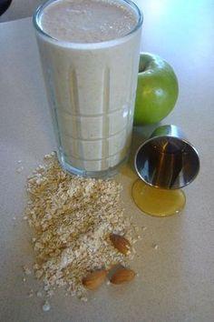 Licuado para bajar el colesterol, los trigliceridos y la glucosa. INGREDIENTES: 1 taza de leche 1 manzana cortada en cubos 1 cucharadita de miel de abeja 3 cucharadas de avena 1 cucharada de semillas de linaza molidas (ground flax seed) hielo (opcional) Este licuado tomenlo como desayuno