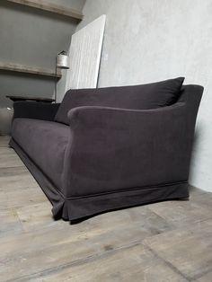 Sofa donker bruin velvet Houten vloer Showroom hamsmade Mix van stylen
