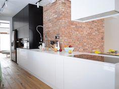 parede de tijolos em cozinha preta e branca