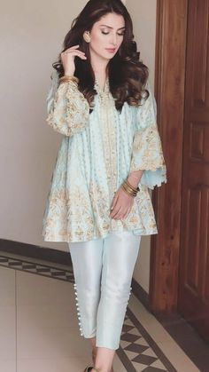 Aayza Khan __________________________________ Sleeves and cut at embroidery Pakistani Fashion Party Wear, Pakistani Outfits, Indian Outfits, Indian Fashion, Pakistani Street Style, Stylish Dresses For Girls, Stylish Dress Designs, Casual Dresses, Casual Outfits