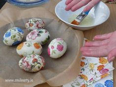 Decorating Easter eggs with decoupage is a great way to have a fun time with friends and family and create eggs that truly stand out on the Easter table. Decoupage Tutorial, Decoupage Ideas, Easter Table, Easter Eggs, Tutorials, Smile, Decorating, Breakfast, Creative