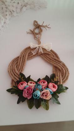 Halat ipten kapı süsü Jute Crafts, Diy Home Crafts, Wreath Boxes, Flower Curtain, Popsicle Crafts, Easy Fall Crafts, Macrame Patterns, Arm Band Tattoo, Ornaments