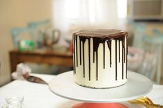This chocolate ganache recipe is so easy. Pour hot cream over chocolate and whisk to make glaze, frosting or drips! Ganache is a chocolate dessert staple! Cheap Chocolate, Chocolate Drip, Best Chocolate, How To Make Chocolate, Chocolate Desserts, Making Chocolate, Healthy Chocolate, Perfect Chocolate Ganache Recipe, White Chocolate Ganache Frosting