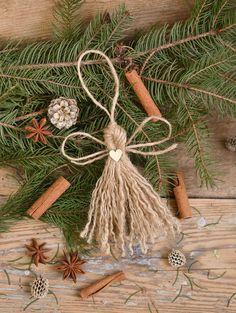 Vyrobte si s nami anjelika z obyčajného špagátu Christmas Wreaths, Christmas Decorations, Plant Hanger, Boho, Plants, Diy, Home Decor, Decoration Home, Bricolage