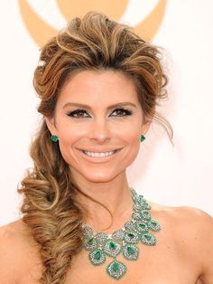 Maria Menounos in a gorgeous emerald necklace by Lorraine Schwartz.  #emmyjewelry