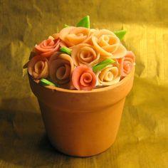 Não sei vocês, mas eu sempre achei maravilhosos os bolos confeitados com pasta americana. Eles podem ser verdadeiras obras de arte, de várias cores, cheios de flores e figurinhas lindamente esculpi…