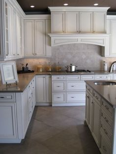 Traditional Antique White Kitchen Welcome! This photo gallery has pictures of kitchens featuring cream or antique white kitchen cabinets in traditional styles. White Glazed Cabinets, Glazed Kitchen Cabinets, Antique Kitchen Cabinets, Kitchen Cabinet Colors, Painting Kitchen Cabinets, Kitchen Redo, New Kitchen, Kitchen Remodel, Glazing Cabinets