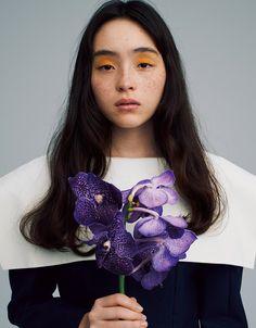 やがては散ってしまう花の色や匂いも、今この瞬間の美しさは、リアル。そんな花の魅力をバーストするような、明るくポジティブなエネルギーを感じるネオンオレンジをまぶたにラフに塗って。手に持った紫色のオーキッドやモノトーンのドレスと響き合う、はっとする個性と存在感を放つメイクアップ。 ドレス¥93,500/ドーバー ストリート マーケット ギンザ(JACQUEMUS) Photography Women, Amazing Photography, Portrait Photography, Fashion Photography, Makeup Inspo, Makeup Inspiration, Beach Makeup, Asian Eye Makeup, Asian Eyes