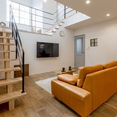 tomoheさんの、ソファー,一枚板,木,アイアン,時計,スキップフロア,吹き抜け,新居,リビング,のお部屋写真