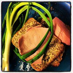 Разве может быть в жизни что-то лучше зелёного лука и свежего хлеба с солью и кусочком колбасы? Ну просто секс!