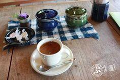 何から何まで出西窯の食器と柳宗理のカトラリーです。  このコーヒーカップも超欲しい!  でも我が家はイッタラのカップ有るから... コーヒーも美味しかったです。  久しぶりにテンションの上がる一時を過ごしました。 僕はシンプルな白い洋食器が好みなので、あまり陶器に興味は無かったのですが、ここで見ていると本当に欲しくなりました。出西窯09
