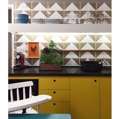 Nossos azulejos Raiz Musgo na linda cozinha projetada por @mauricioarruda para o programa #DecoranoGNT #azulejos #azulejosdecorados #revestimento #arquitetura #reforma #decoração #interiores #decor #casa #sala #design #cerâmica #tiles #ceramictiles #architecture #interiors #homestyle #livingroom #wall #homedecor #lurca #lurcaazulejos