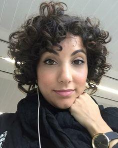 La resistencia en la oficina. Si no vengo yo no abre... jajaja Ya me queda menos. . . . . . . #oficina#resistencia#work#workhard#selfie#selfiemonday#monday#bankholiday#blackandwhite#vsco#blog#blogger#murcia#spain#curls#curly#curlyhairdontcare#cachos#cacheada#hair#hairstyle#shorthair#makeup#lowmakeup#sensitiveskin #セルフ #selfietime #ファッション