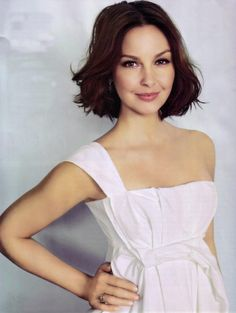 Ashley Judd - I should cut my hair like this. If only I would look just like her if I did.