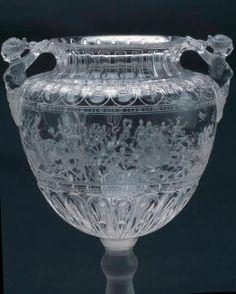 Vase en cristal de roche, attribué à l'atelier des Saracchi, Italie (Milan), dernier tiers du XVIe siècle - Collection du Grand Dauphin, fils de Louis XIV – Madrid, Musée du Prado A la mort de Louis de France (1711), fils de Louis XIV, une partie de sa collection d'objets précieux est revenue à son fils Philippe V, roi d'Espagne. Cette collection est conservée au Musée National du Prado, sous le nom du Trésor du Dauphin (Tesoro del Delfín)