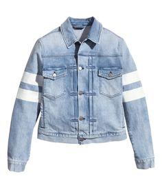 hm-blue-denim-jacket-with-a-print-product-1-21496422-0-151002581-normal.jpeg (imagem JPEG, 972 × 1137 pixels) - Redimensionada (83%)