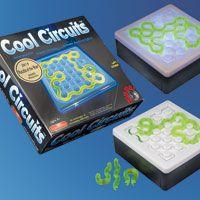 Cool Circuits, superspannend en frustrerend spel dat je kunt spelen op 4 verschillende niveau's. Van kinderlijk eenvoudig tot....eigenlijk niet te doen. Plaats een voorbeeld kaart op de basisbox en let met de transparant neon slangetjes exact deze vorm erop. Klinkt simpel toch? Als het gelukt is licht het hele spel ijzig blauw op en vormt zo een prachtig Cool Circuit.