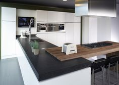 Modern design combined with the warmth of wood . Black Kitchen Cabinets, Black Kitchens, Home Kitchens, Kitchen Corner, Kitchen Dining, Interior Design Kitchen, Sweet Home, Home Decor, Delft