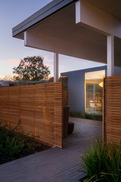 Modern Fence Design Looks Perfect for Modern Exterior Ideas : Modern Fence Design Wooden Floor Simple Wooden Fence Gravel Wooden Ceiling Planter samen tuinen Maison Eichler, Eichler Haus, Casas California, California Homes, Modern Exterior, Interior Exterior, Exterior Windows, Home Design, Design Ideas