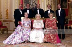 Crimson Drawing Room At Windsor Castle Queen Elizabeth II With The Reigning Sovereigns Of Europe For Unique Photograph To Mark Her Golden Jubilee. ( L To R Front): The Queen Of Denmark, Queen Elizabeth II, The Queen Of The Netherlands. Behind: The King Of The Belgians, The King Of Spain, The King Of Norway, The King Of Sweden, The Grand Duke Of Luxembourg. (l To R Front) : Queen Margrethe II, Queen Elizabeth II, Queen Beatrix; (l To R Behind : King Albert II, King Juan Carlos, King Harald…