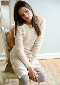 QUER GESTREIFT Aus weichem Baby Alpaka gestrickt ist der lange Pullover. Der besondere Effekt: Die krausen Streifen sind mit dickerem, die glatt rechten mit dünnerem Garn gestrickt. Mit breitem, krausen Bündchen und rundem...