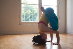 yogi-moni:  Elinore Cohen  THIS WILL BE THE NEXT HEADSTAND VARIATION I CAN START PRACTICING!