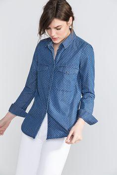 Camisa denim estampada. Com colarinho tipo camiseiro. Com manga comprida ajustável.