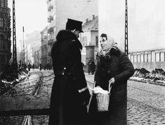 Policial polonês examinando o conteúdo da sacola de uma judia residente do Gueto de Varsóvia. Varsóvia, Polônia, fevereiro de 1941.