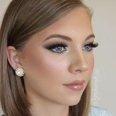 make up tipps schöne junge frau mit dunkelblonder haare und große blaue augen perlen ohrringe glänzende lippen