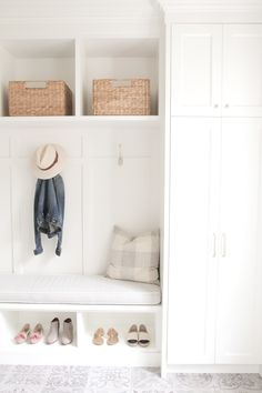 Beautiful and bright mudroom. This is our kind of orga - Dreckschleuse Kinder Home Decor Bedroom, House Interior, Foyer Decorating, Home, Interior, Mud Room Storage, White Decor, Bedroom Design, Mudroom Decor
