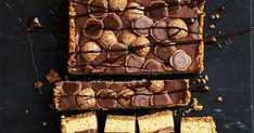 Wow your guests with this decadent Snickers pod pie, layered with a creamy peanut butter filling and a milk chocolate ganache. Milk Chocolate Ganache, Chocolate Cream Cheese, Chocolate Topping, Chocolate Peanuts, Melting Chocolate, Chocolate Fudge, Peanut Butter Filling, Creamy Peanut Butter, Thing 1