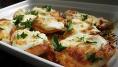 Hähnchenbrust mit saurer Sahne und Käse Baked chicken breast with sour cream and cheese from the oven. Serve with rice or potatoes. Chicken Breast Fillet, Baked Chicken Breast, Grilling Recipes, Paleo Recipes, Cooking Recipes, Easy Recipes, Meat Appetizers, Appetizer Recipes, Dinner Recipes