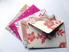Omatekoisen pääsiäiskortin kanssa käy omatekoinen kirjekuorikin. Kirjekuoria voi tuunailla vaikka vanhoista tapetinjämistä, kartoista, kirjan sivuista..