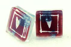 """Pendientes botón de vidrio y plata """"love"""" en tonos rojo y blanco con delicados toques plateados. Forma cuadrada.Pintado a mano. Tamaño de la pieza ..."""
