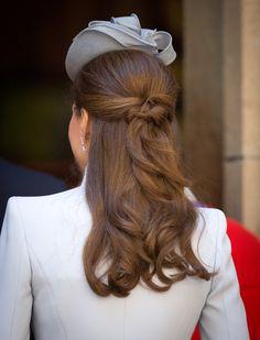 La demi queue-de-cheval de Kate Middleton : à essayer un jour...