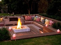 DIY fire pit ideas, Do you want to know how to build a DIY outdoor fire pit plans to warm your autumn and make s'mores? Find inspiring design ideas in Sunken Fire Pits, Deck Fire Pit, Outside Fire Pits, Garden Fire Pit, Fire Pit Seating, Fire Pit Area, Backyard Seating, Backyard Patio Designs, Fire Pit Backyard