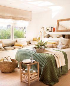 EN EL DORMITORIO Cabecero de Interiorismo AC, espejo, taburete, cesto y cojín a rayas de Sacum. Funda nórdica de Filocolore y cojín pistacho de La Maison.
