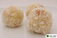 """Jáhlové kuličky byly jedny z prvních úspěšných dezertů, které jsme začaly vyrábět, když jsme se učily zdravé dezerty. Tyhle kokosové můj muž dokonce prohlásil za """"jáhlové rafaelo""""."""