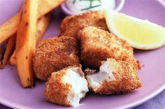Crispy cod nuggets with sweet potato wedges Your family will love these homemade fish fingers - and using sweet potato instead of normal chips is a much healthier option. Cod Recipes, Seafood Recipes, Dinner Recipes, Potato Recipes, Oven Recipes, Chicken Recipes, Homemade Fish Fingers, Fish Recipes For Kids, Fish Nuggets