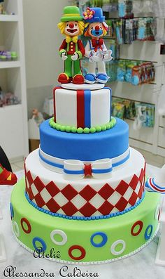Bolo falso de biscuit Patati e Patata! | Alessandra Caldeira | Flickr Beautiful Cake Designs, Beautiful Cakes, Clown Cake, Carnival Themed Party, Circus Party, 10 Birthday Cake, Circus Cakes, Fake Cake, Cake Board