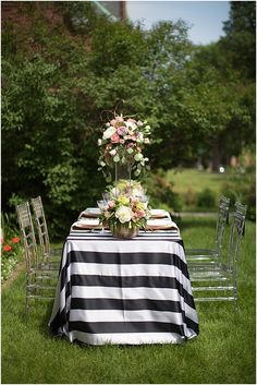 Monochrome wedding table  | Image by Poly Mendes Photography, see more http://www.frenchweddingstyle.com/pretty-parisian-wedding-inspiration/