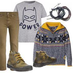 Attiva l'autunno, tempo di coprirsi! Jeans 5 tasche di linea diritta marrone, t-shirt grigia con stampa. Maglione grigio melange, collo giallo con apertura a zip. Scarponcino bicolore. Bracciali in cuoio.