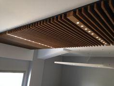"""Résultat de recherche d'images pour """"bois plafond"""" Wood Slat Ceiling, Wood Slats, Ceiling Design, Wall Design, House Design, Lake Las Vegas, Kitchen Reno, Ceilings, Interior Ideas"""