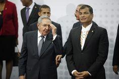 PAN130 CIUDAD DE PANAMÁ (PANAMÁ), 11/04/2015. Los presidentes de Cuba, Raúl Castro (i), y de Ecuador, Rafael Correa (d), conversan previo a la foto oficial hoy, sábado 11 de abril de 2015, durante la