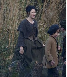 Stage costumes of Outlander series. Scottish outfits of Claire Fraser in Season 1 Claire Fraser, Jamie Fraser, Claire Outlander, Outlander Season 1, Starz Outlander, Diana Gabaldon Outlander Series, Outlander Book Series, Knitted Capelet, Terry Dresbach