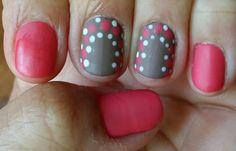 Diseño de uñas usando dos combinaciones de colores y puntos decorativos haciendo contrastes de colores