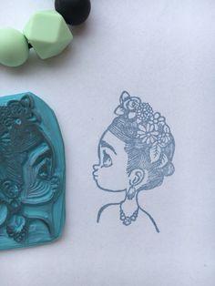 Sello diseñado y hecho a mano por Sweet Carving, Frida Kahlo inspirada en las ilustraciones de Emmanuelle Colin